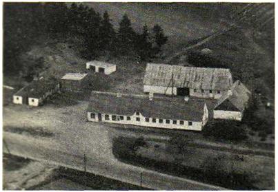 Smeden boede i huset til venstre